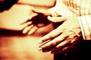resentir con las manos
