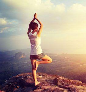 mujer yoga de pie