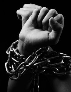FP-manos-atadas-con-cadenas